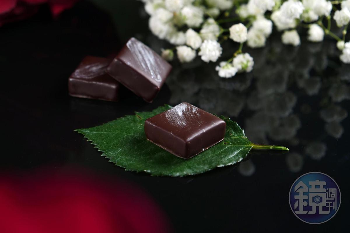 夾心巧克力「百香薑花」,入口先是引涎的水果香氣,野薑花芬芬接來綻放唇舌之間。(畬室法式巧克力甜點創作,85元/單片)
