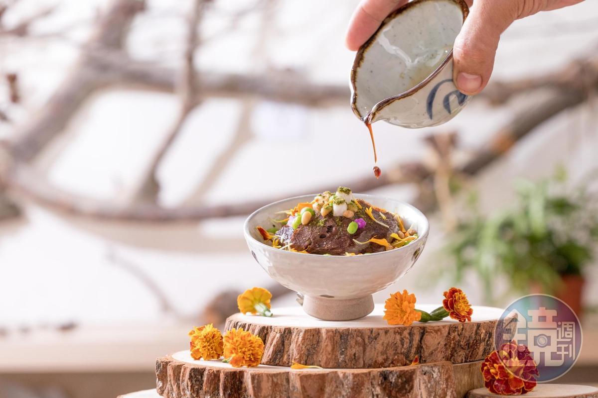 「清水鹹濕米  清燉牛頰 山藥泥」以帶苦韻的孔雀草平衡油蔥滷汁的醬甜味,入口鮮爽鬆香。(Hero Restaurant,2,450元套餐菜色)