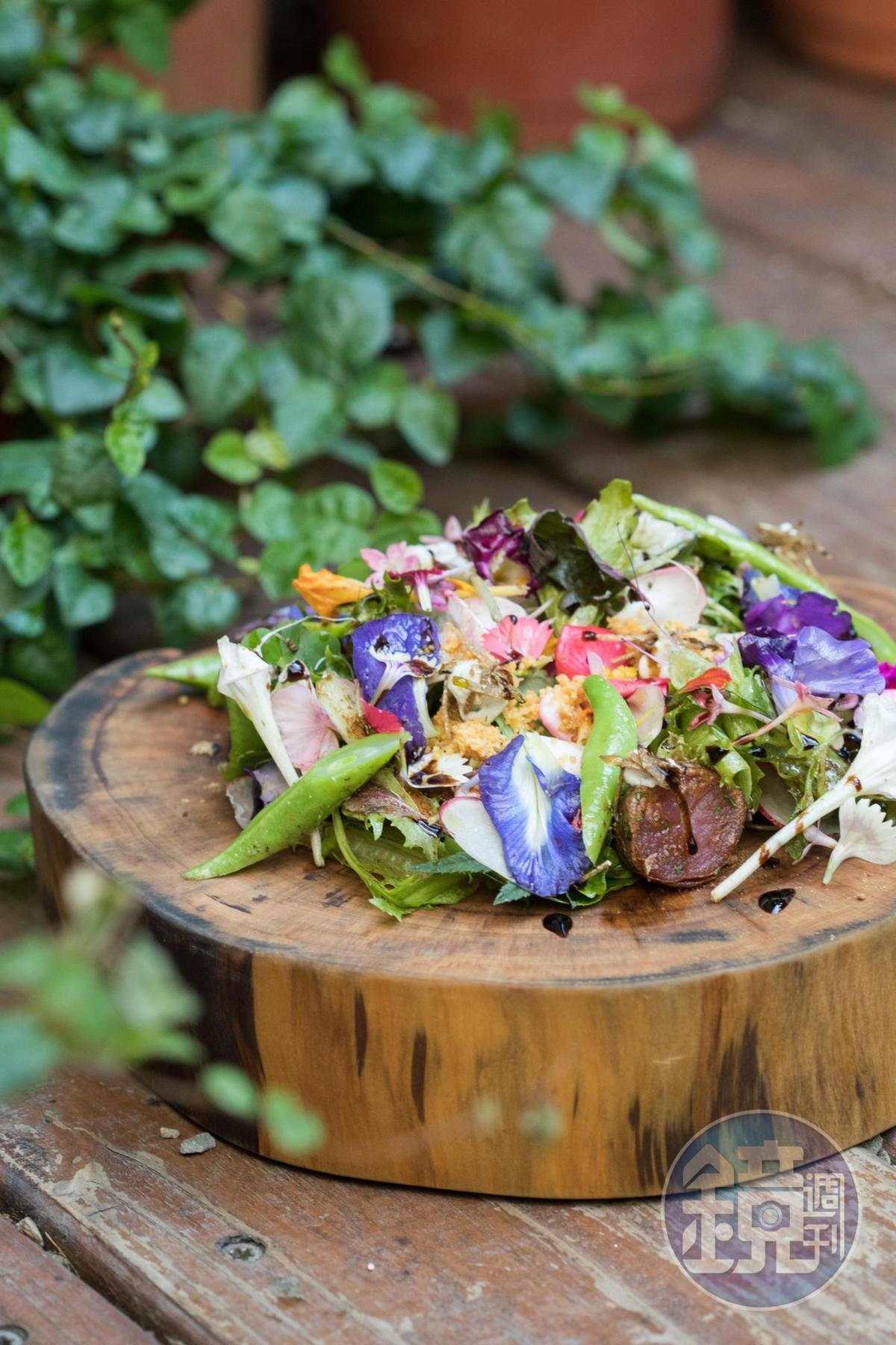 花團錦簇的「英雄沙拉 松露 馬鈴薯」,每一口香色滋味都有驚喜。(Hero Restaurant,2,450元套餐菜色)