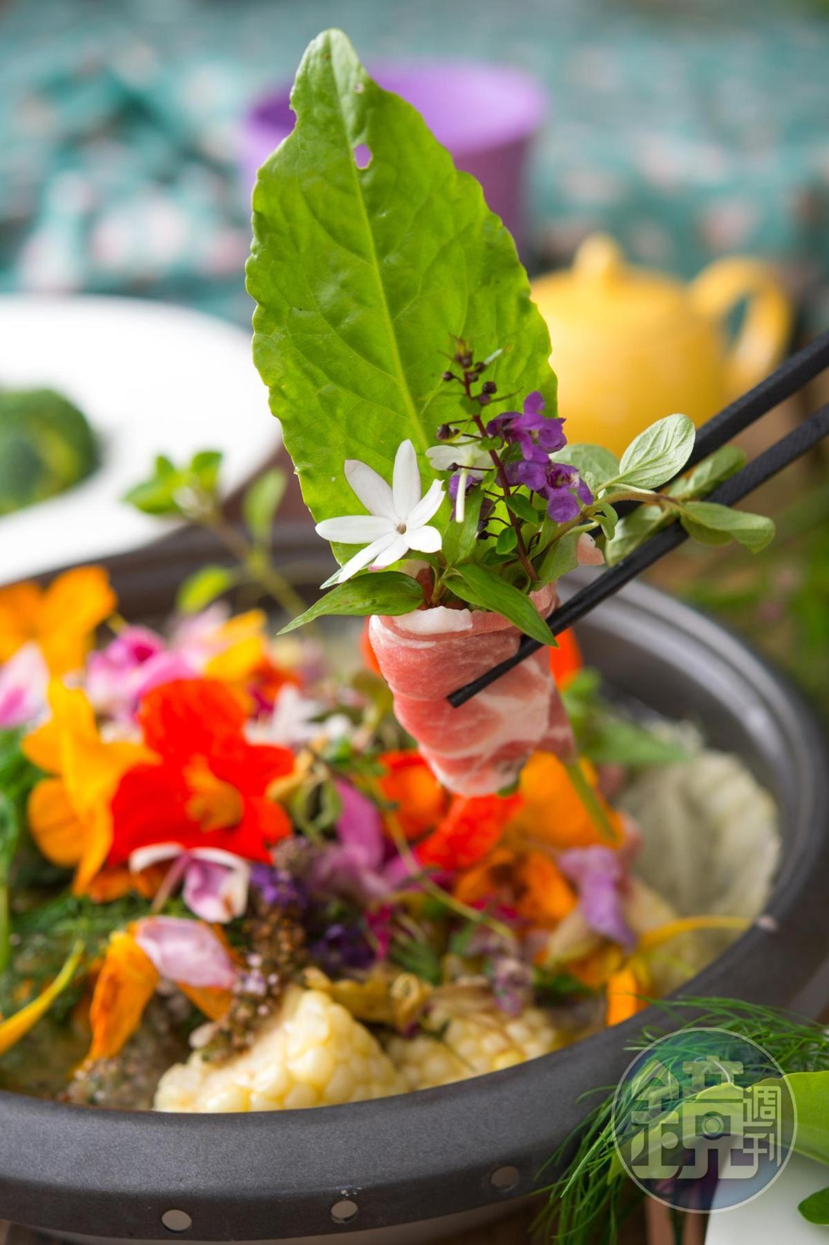「香草束花火鍋」,其中「第一把香草束」鍋,形如深秋的花園水池,香草氣息濃郁。(陽明山時光香草花卉農園,800元套餐菜色)
