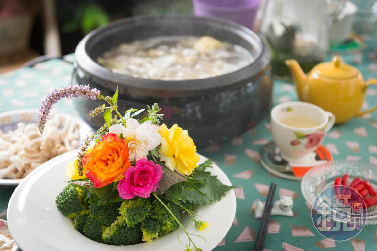 「香草束花火鍋」接著端上的「第二把香草束」加入花瓣數多的大輪玫瑰、紫蘇葉及蛤蜊、番茄,玫塊口感如緞,香氣緲淡。(陽明山時光香草花卉農園,800元套餐菜色)