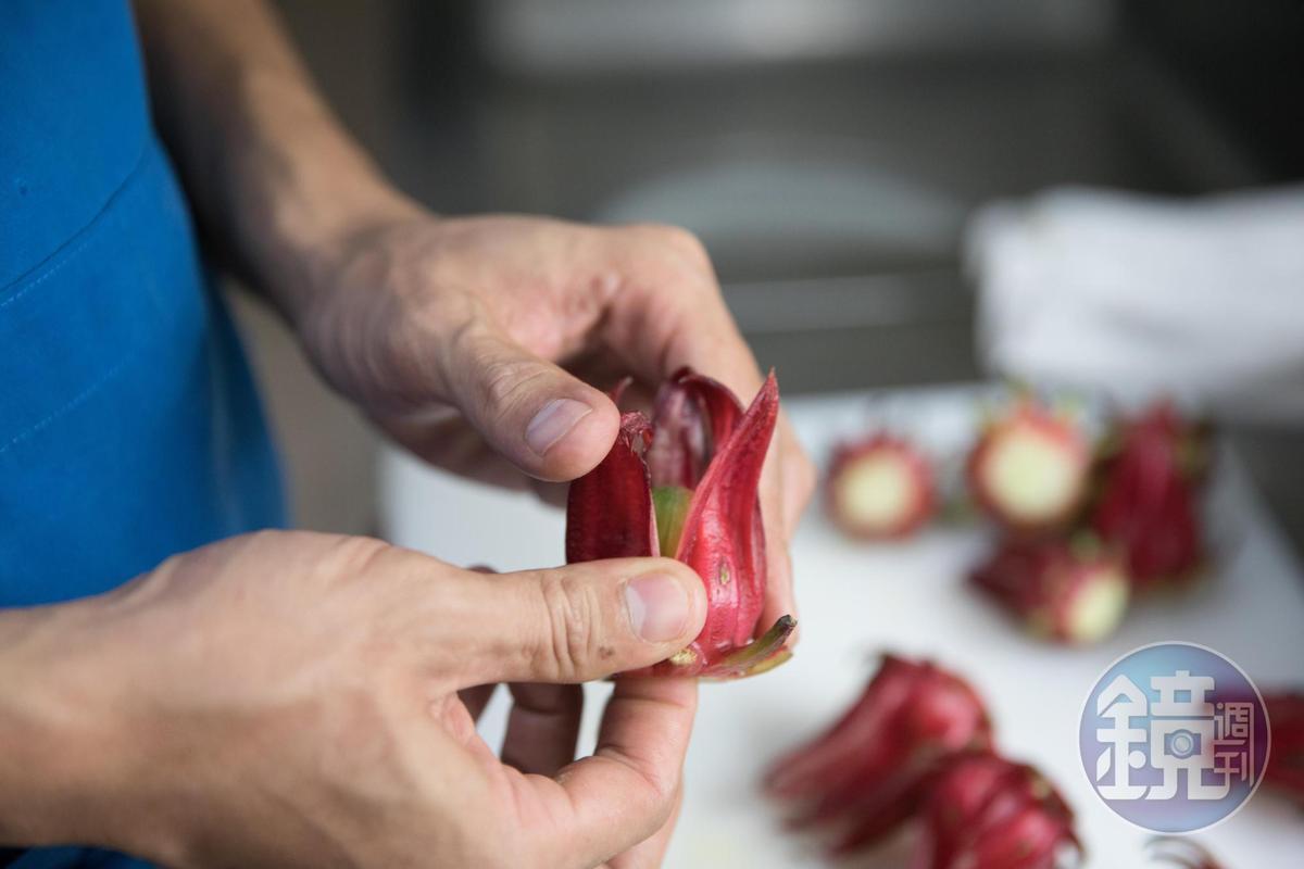 新鮮洛神花得一顆顆剪除中間的硬籽,留下清脆的球型花萼來糖漬。