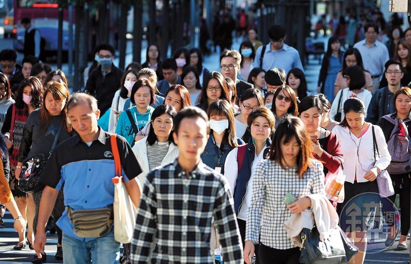 台灣拉高基本工資的政策實際已經「爆表」了,2萬2千元的基本工資,是勞工平均月薪3萬8,600元的57%。