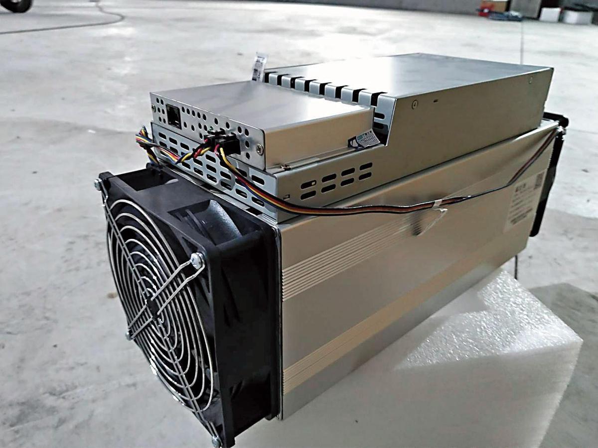 以太幣礦機插顯示卡,價格約新台幣10萬元,是比特幣礦機的一半價格。