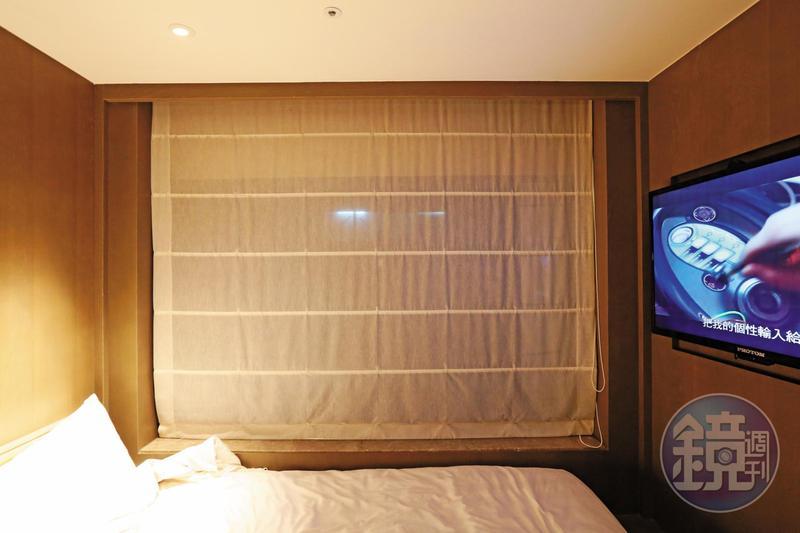 德立莊旅店的住客拉起第1層窗簾後,多半會以為隱私無虞。