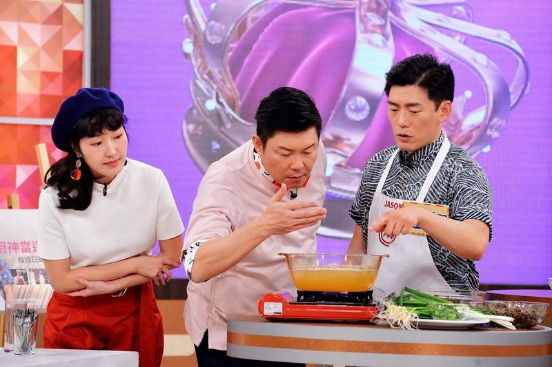 Jason_Wang(右)現場烹煮好喝到令地獄廚神罵髒話的蛤蠣湯,曾國城(中)迫不及待想品嘗。
