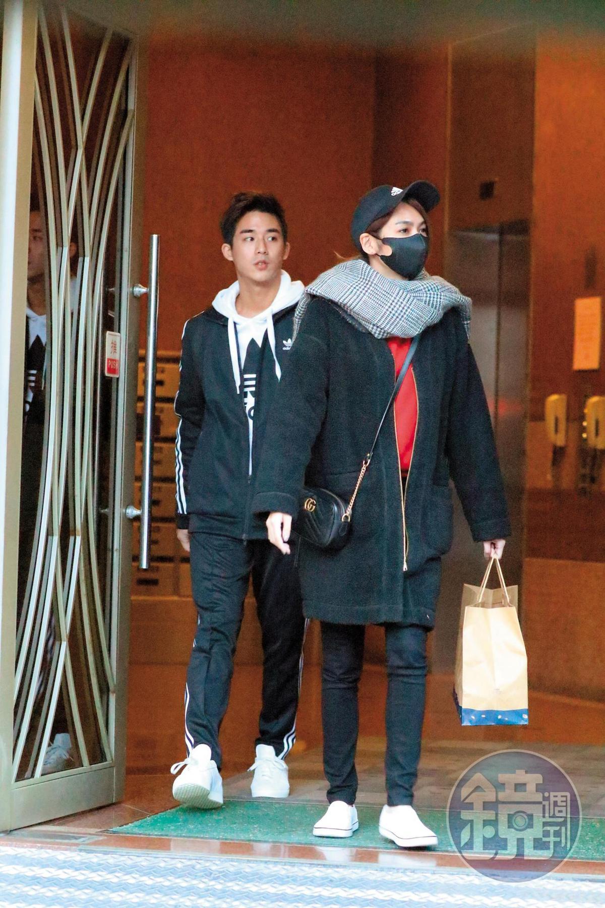16:49 安苡愛送午餐到李博翔(左)家後,兩人又一同從李家離開。
