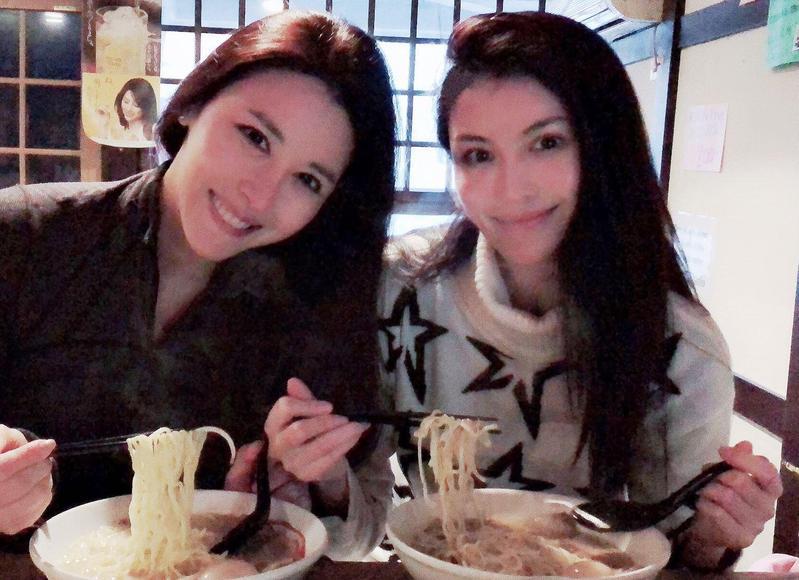 穆熙妍(左1)與閨密們去滑雪慶生,很多粉絲都說她與何穗(右1)長得有點像。