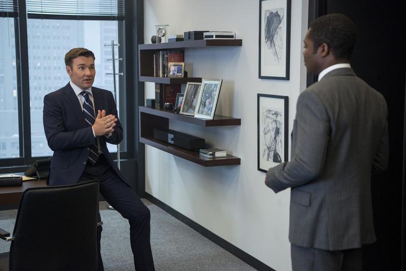 在電影《紅雀》飾演美國特務的喬爾推出新片《老闆好壞》,片中他叫下屬出差,遇到危機卻出賣對方以求自保,算是人渣一個。(CatchPlay提供)