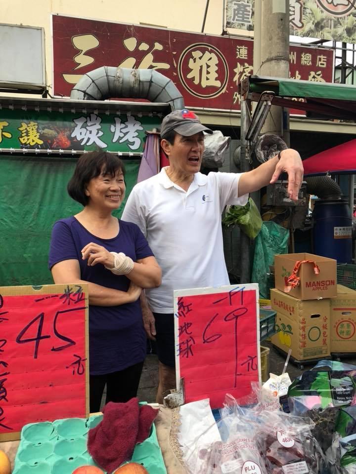 馬英九日前南下探望「失業部長」龍應台,幫忙水果攤叫賣,表情十分逗趣。(翻攝自龍應台臉書)