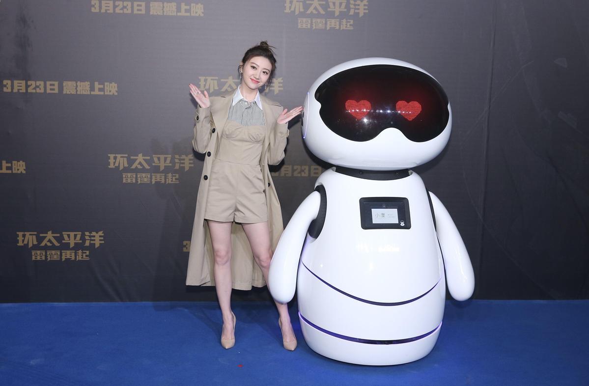 為了宣傳電影,還請出百度的AI人工智慧機器人「小度」,擔任影片大使跟景甜合照。(東方IC)