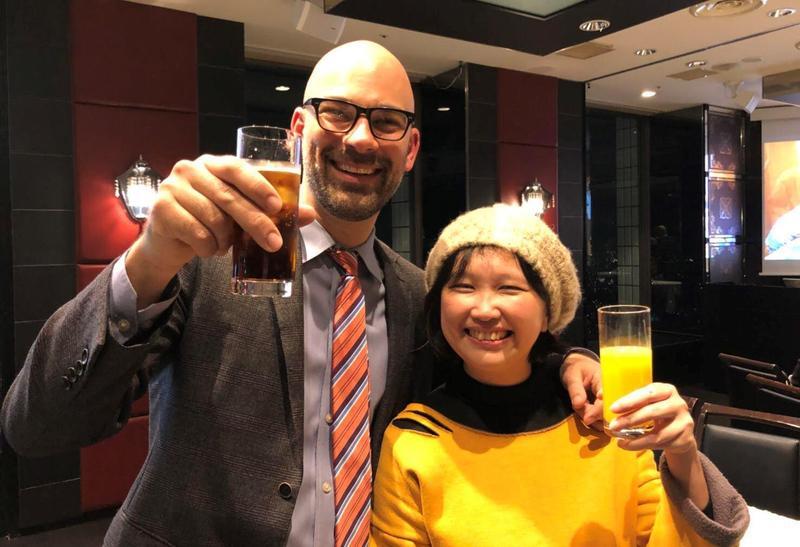 《幸福路上》導演宋欣穎(右)與頒獎給她的動畫電影《送子鳥》導演道格史威藍德開心合影。(傳影互動提供)