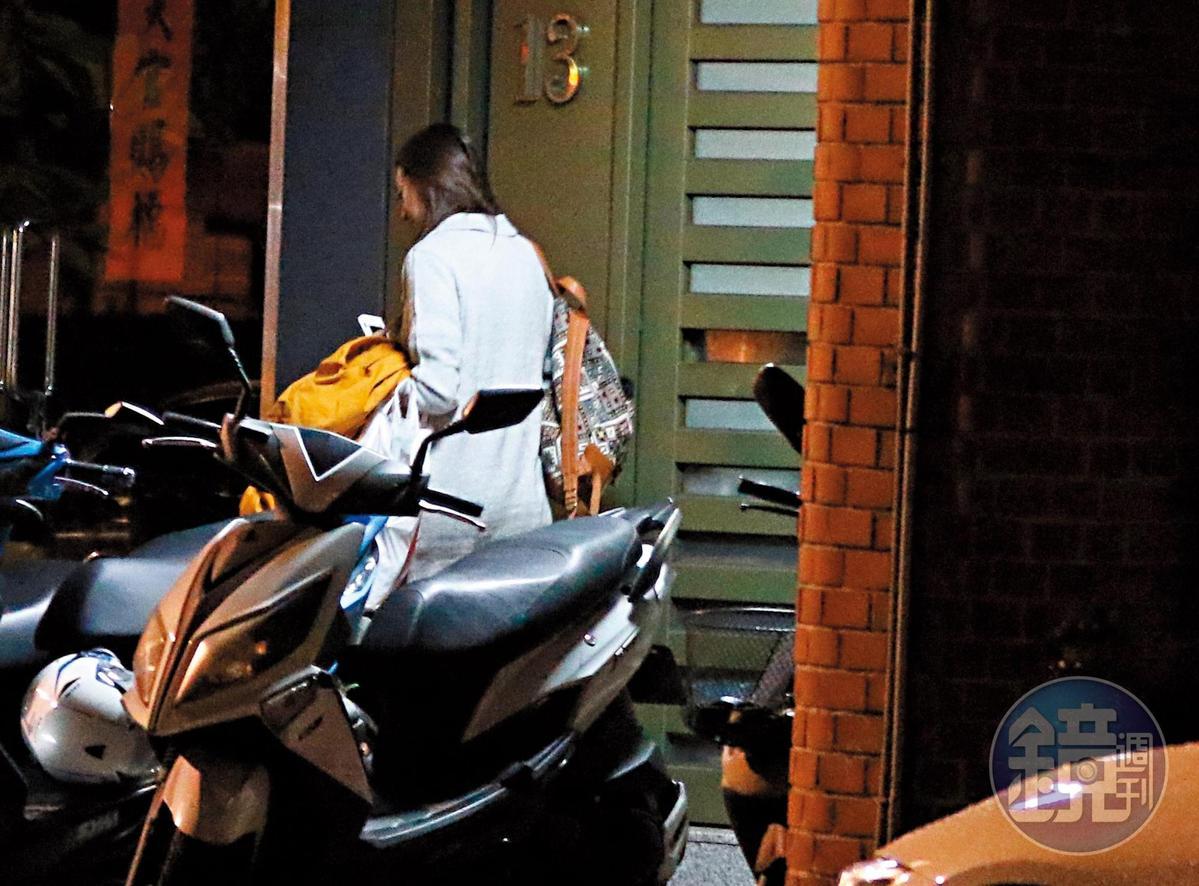 3月5日23:07,王心恬從家裡走出來,往姚元浩的車子方向走去。