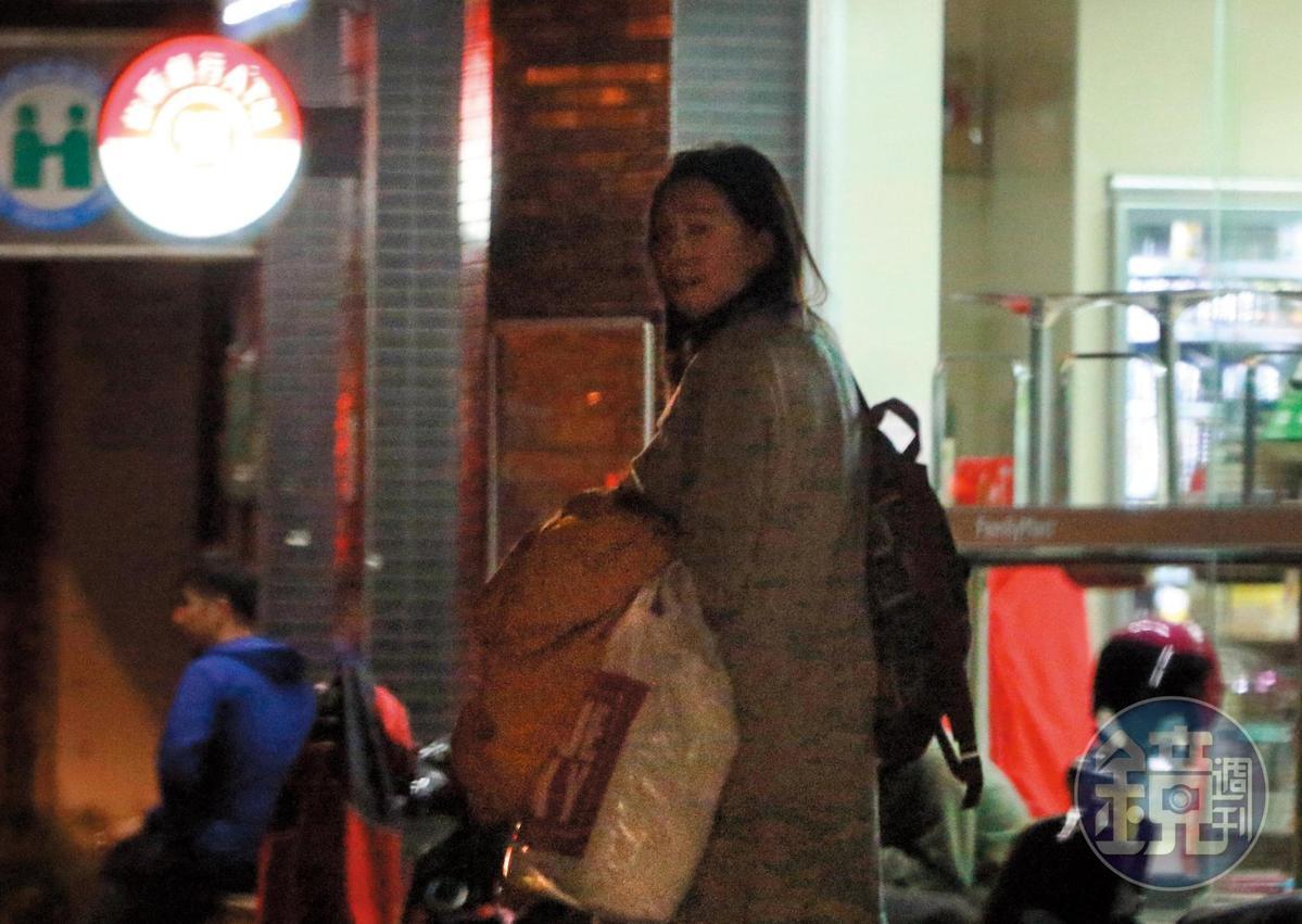 3月5日23:08,王心恬突然察覺有不明車輛在附近,立刻折返回家還邊走邊回頭看。