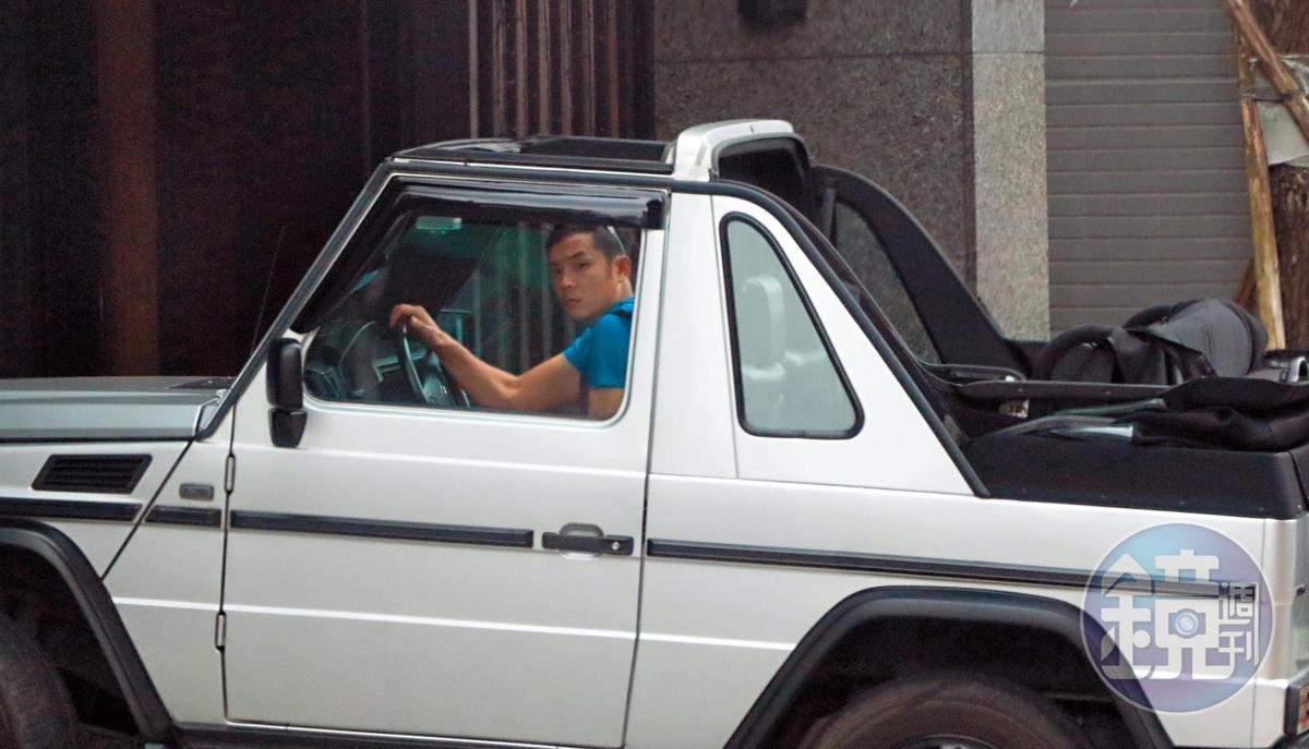 3月3日 14:46 姚元浩開車返家,一路左顧右盼非常小心。