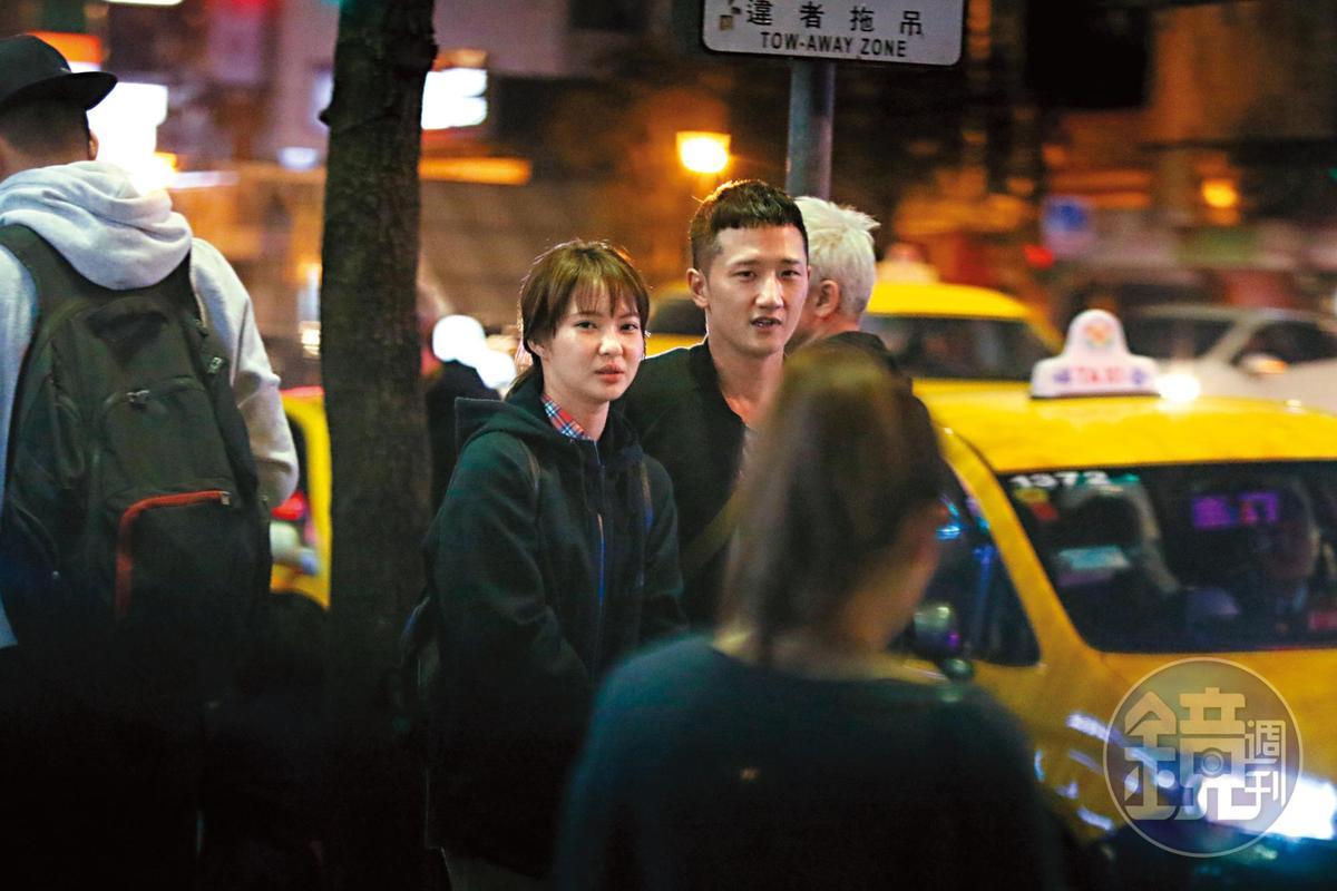 高英軒與俞西潔被直擊當街摟抱,貌似打得火熱。原來2人不僅都是名人之後,且都愛運動騎單車,有共同興趣。