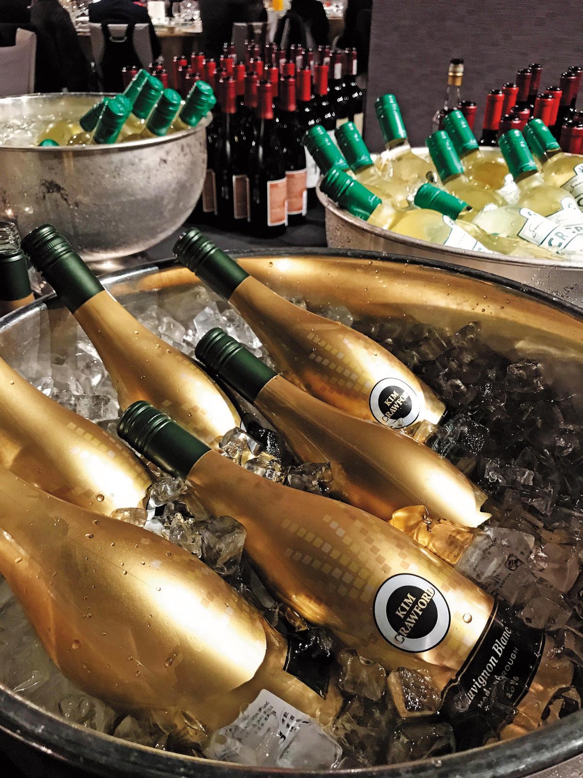 賣酒就不怕人喝,號稱台灣葡萄酒每賣出七瓶就有一瓶星坊的,春酒當天招待賓客的酒真可謂「軍容壯盛」。