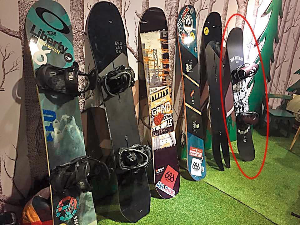 今年1月姚元浩在臉書上po出滑雪裝備照中的滑雪板及行李箱,竟與王心恬滑雪行頭照(左圖)中的一樣,友人林如琦(Gigi)還留言說「行李箱好眼熟」。(翻攝自姚元浩臉書)