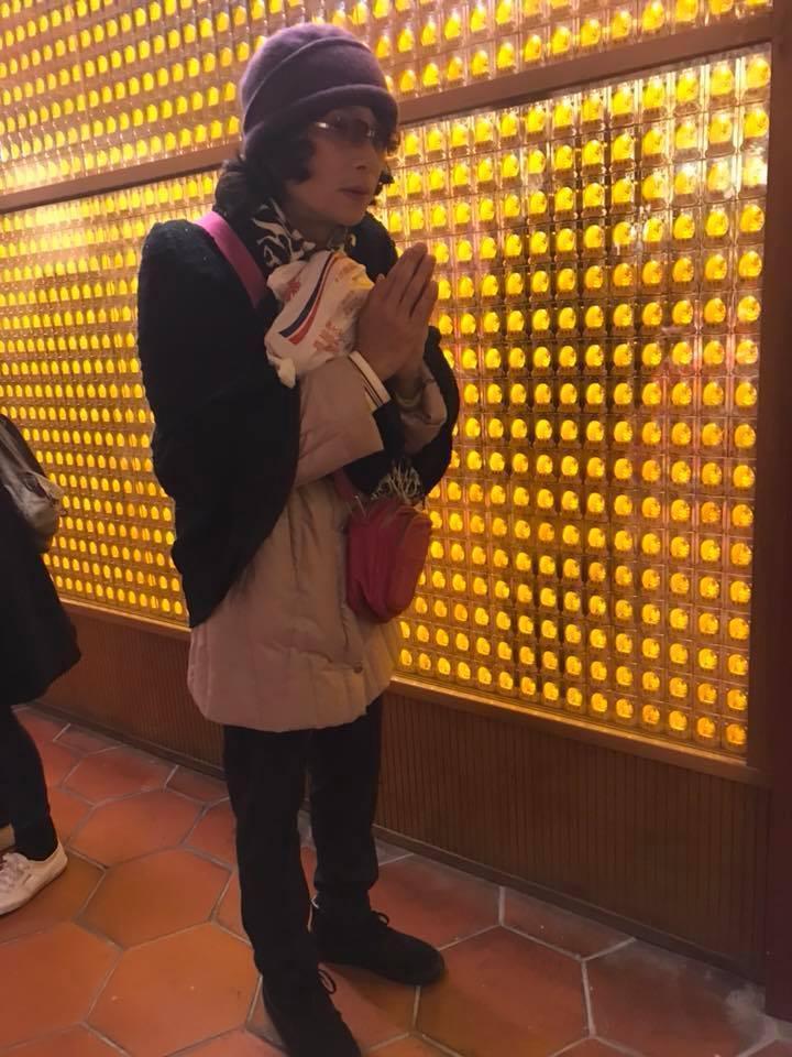 謝祖武打扮成女裝在迪化街錄影,還去廟裡拜拜,卻沒人認出來。(大大平台提供)