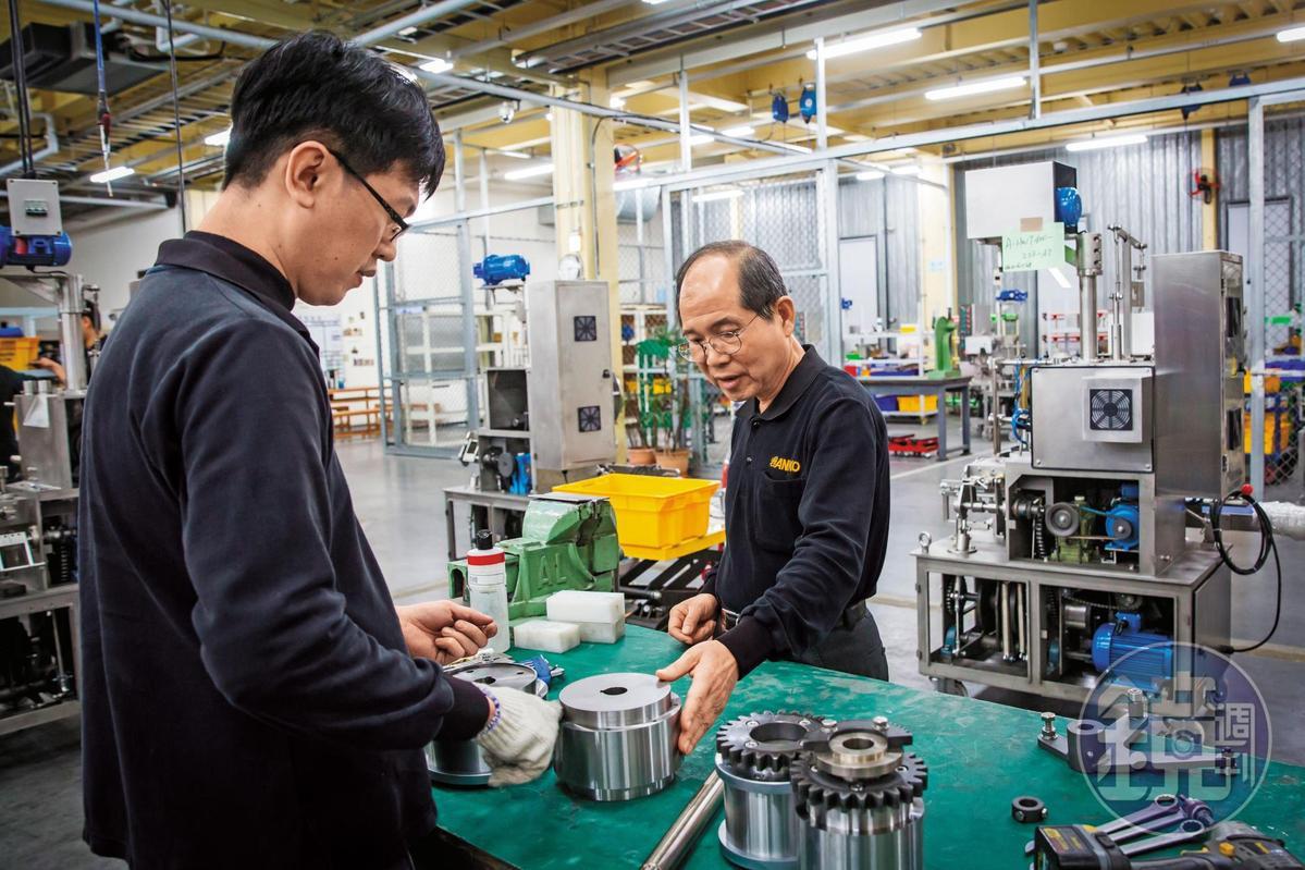 為了符合不同國家的需求,歐陽禹(右)讓餃子機一機多用,只要更換模具和配方,便能產出多種水餃與其他產品。