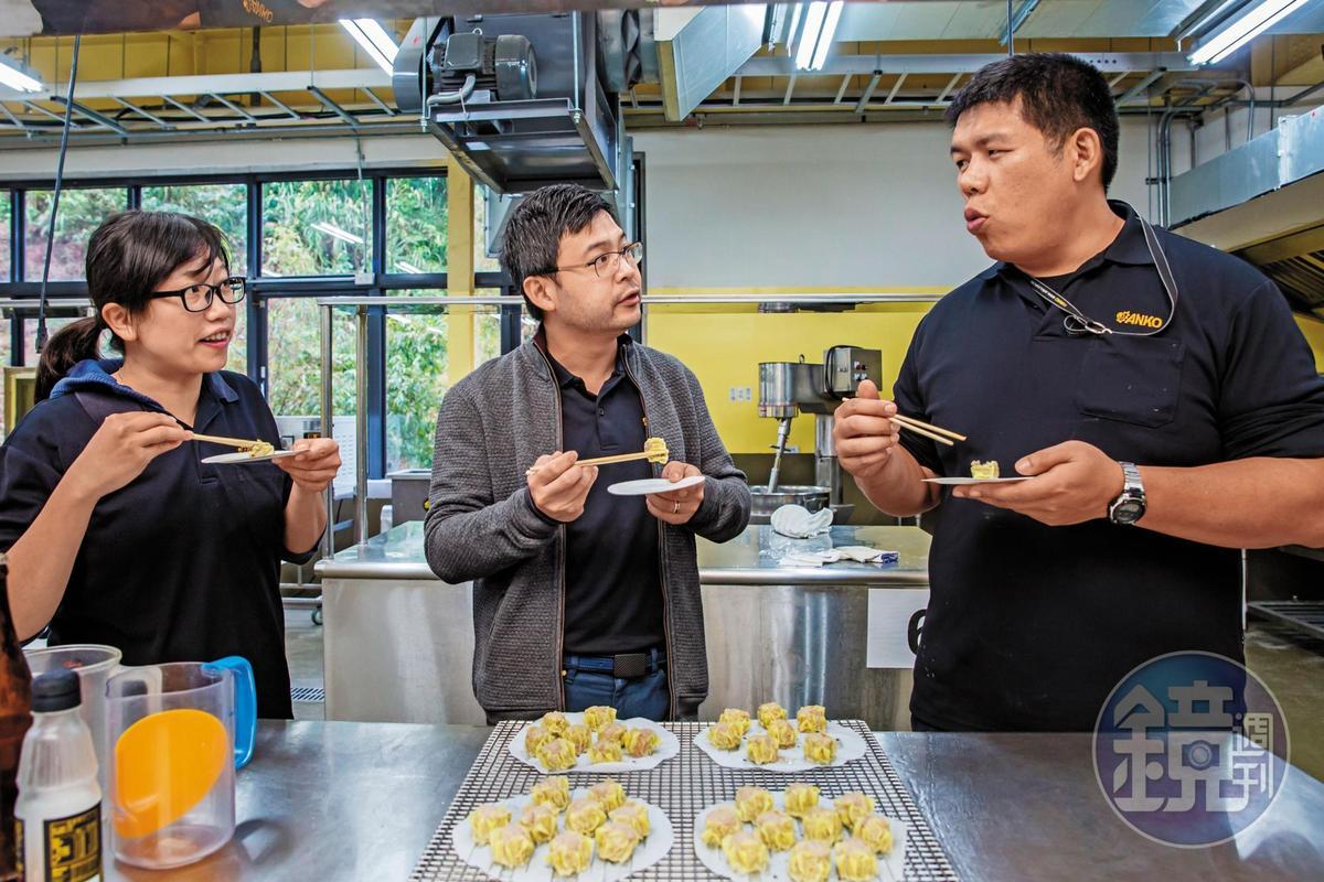 客戶若到安口測試機器,製作的食品都可在廚房裡試口感,總經理歐陽志成(中)特別設置食品配方員的職務,協助客戶調整配方。