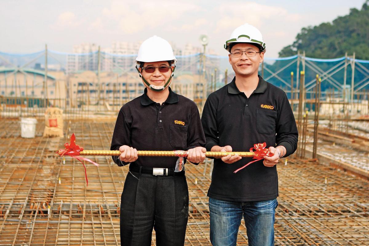 三峽工廠興建時,總經理歐陽志成(右)剛掌管公司,內外壓力夾擊下,他得憂鬱症爆瘦8公斤。
