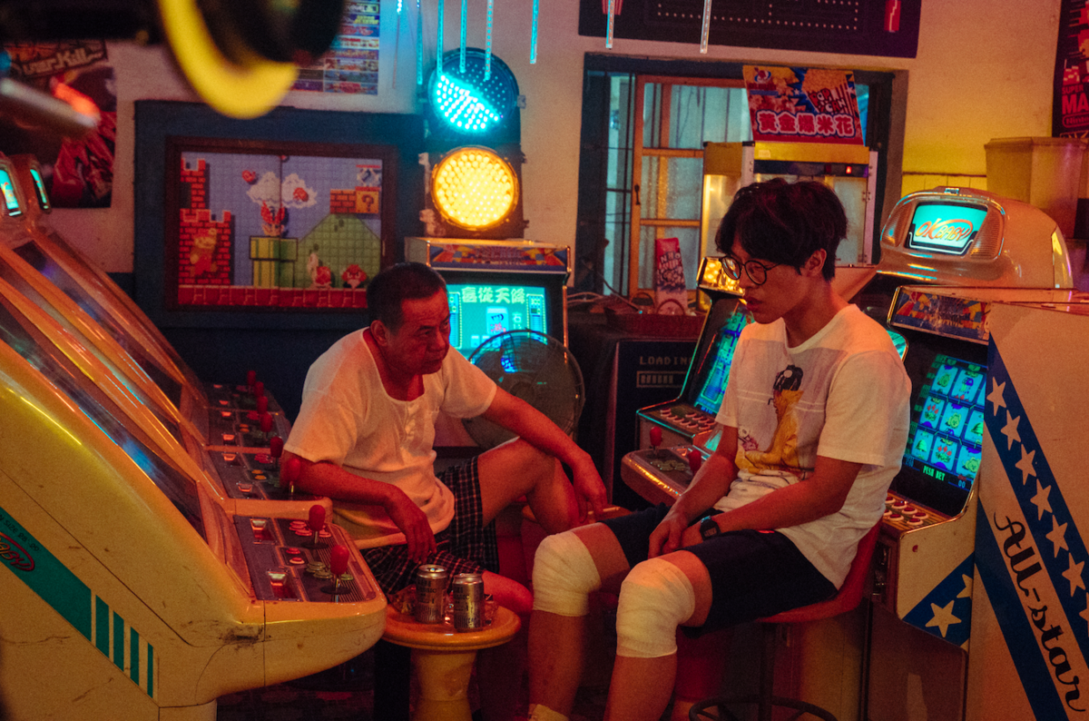 《花甲》團隊今特別釋出兩段「導演暗槓片段」,其中一段內容描述盧廣仲從過去回到現在,與蔡振南的一席父子對話。(氧氣電影)