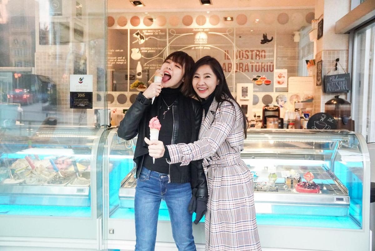 林明禎帶著媽媽大吃美食,冰淇淋是一定要吃的。(種子提供)