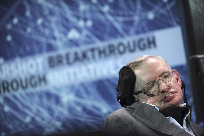當代最聰明的物理學家霍金3月14日在英國劍橋家中過世。圖為霍金2016年4月攝於紐約。(東方IC)
