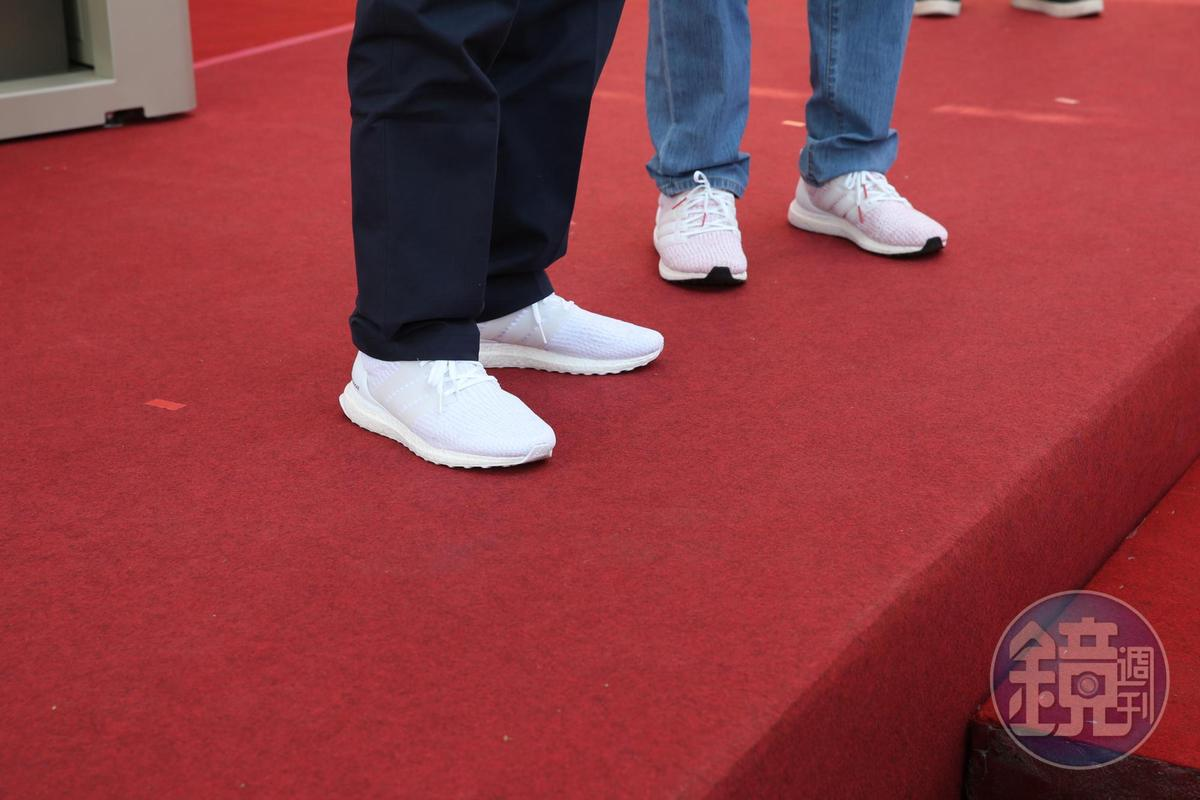 同台出席的羅智先和郭台銘撞鞋,穿上同款運動鞋。