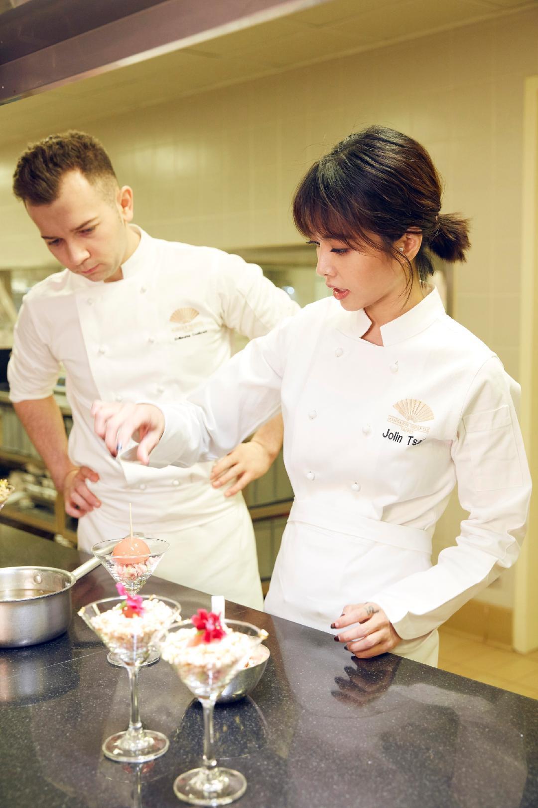 蔡依林穿著繡有自己名字「Jolin Tsai」的廚師服,看來架式十足。(凌時差提供)