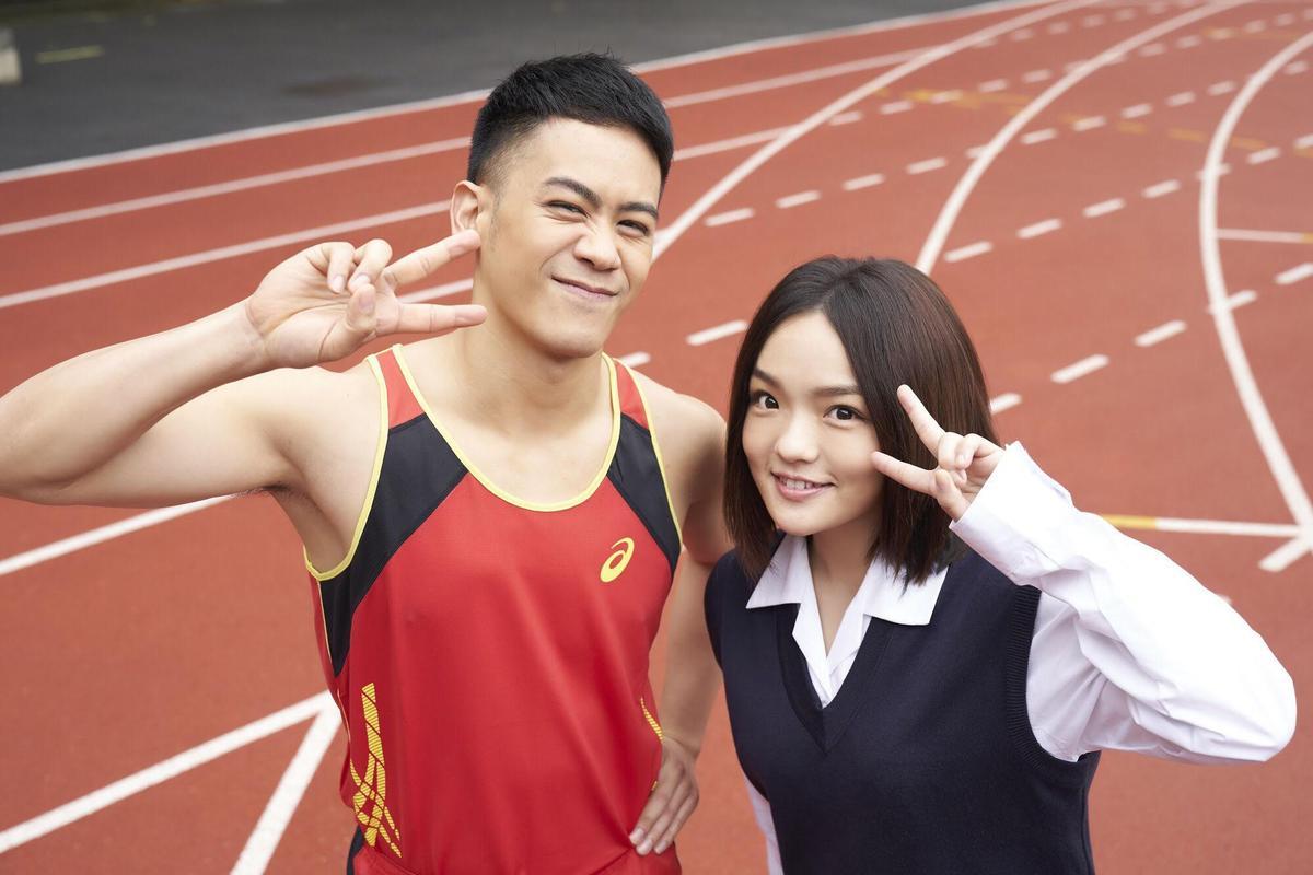 李淳跨刀徐佳瑩〈到此為止〉MV,以高中生扮相入鏡。(亞神提供)