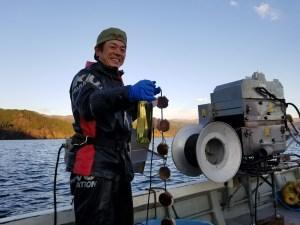 嘗試在養殖場進行葡萄酒熟成的佐佐木淳先生。(翻攝自株式会社地域活性化総合研究所,http://kasseika.club/information/mermaid_news/)