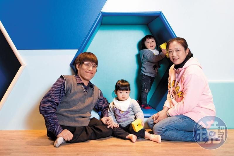 忠義(左)說,有一天自己不在了,老婆蔣文燕(右)有安娜(左2)、艾倫(右2)2個孩子相伴,不會孤單。