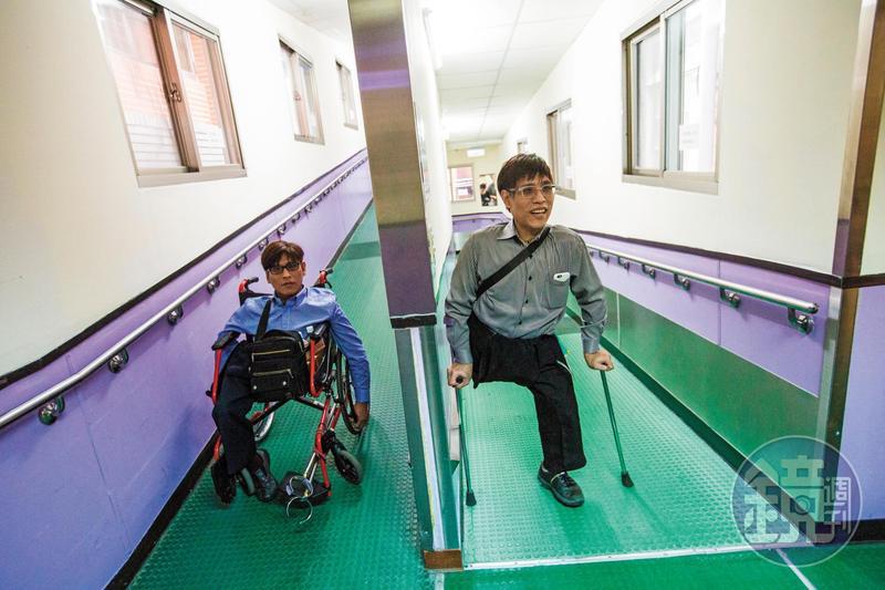 對忠仁(左)、忠義(右)來說,台大醫院如自家廚房,所有事物與氣味都是熟悉的。