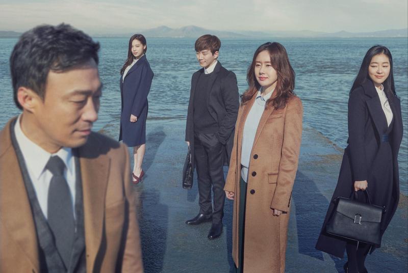 由李聖旻(左一)、尹邵熙、李俊昊、金志秀、朴真熙主演的《記憶》,目前正在緯來戲劇台播出中。(緯來戲劇台提供)