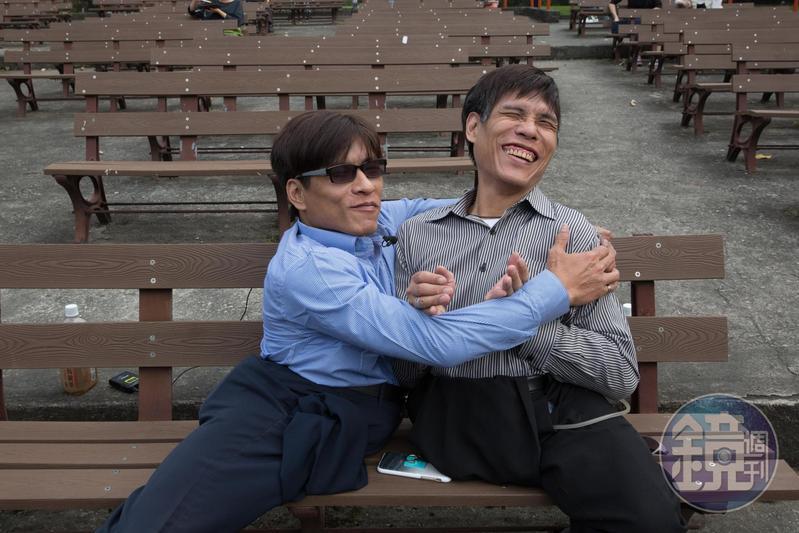 兩兄弟抱在一起,笑著談童年往事,彼時常穿過二二八公園,到台大醫院看診,或是到附近逛街。