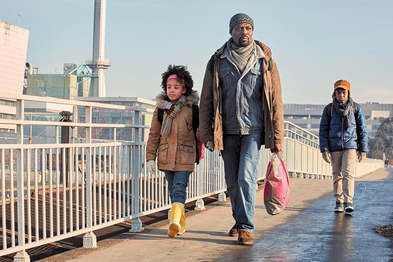 中學教師帶著家人從中非逃離戰亂來到法國尋求庇護,儘管他努力謀職餬口,庇護卻遭駁回,人生面臨重大抉擇。(網路圖片)
