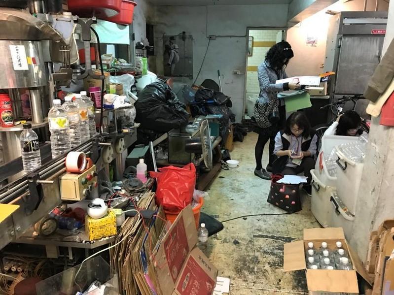 衛生局人員發現,李嫌裝填現場雜物堆積環境髒亂,衛生堪慮。(保七總隊提供)