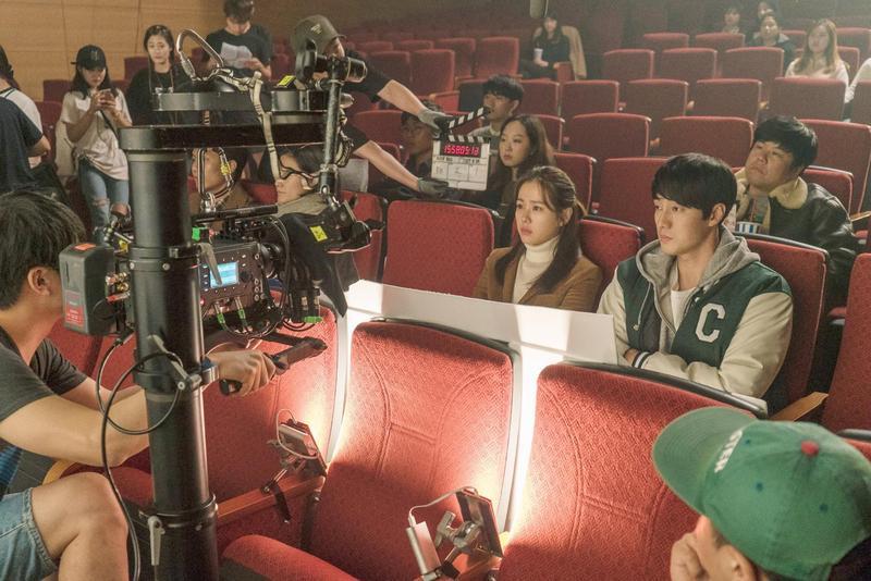 蘇志燮(右)、孫藝珍兩大票房保證合作的《雨妳再次相遇》,在韓國上映首日即打破愛情片《建築學概論》的首映票房紀錄。(車庫娛樂提供)