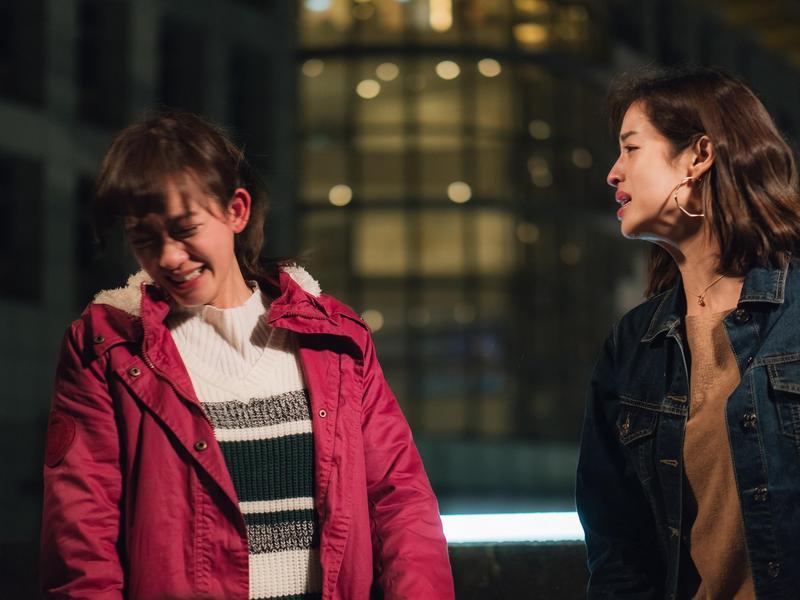 孟耿如(左)與莫允雯(右)拍攝電視劇《高塔公主》,一場談判戲讓2人吃足苦頭。(東森提供)