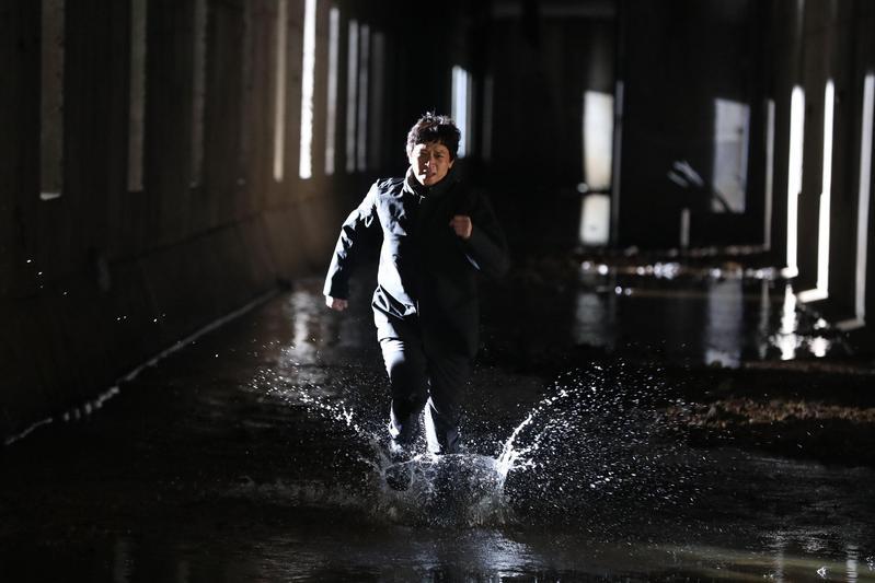 拍攝《宅配男逃亡曲》得不斷在下水道來往奔跑,讓姜棟元吃足苦頭。(車庫娛樂提供)