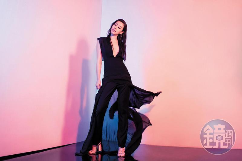 黑色深V真絲喬其紗洋裝,約NT$220,000;黑色煙管褲,約NT$35,000;緞面綁帶高跟涼鞋,約NT$35,000。