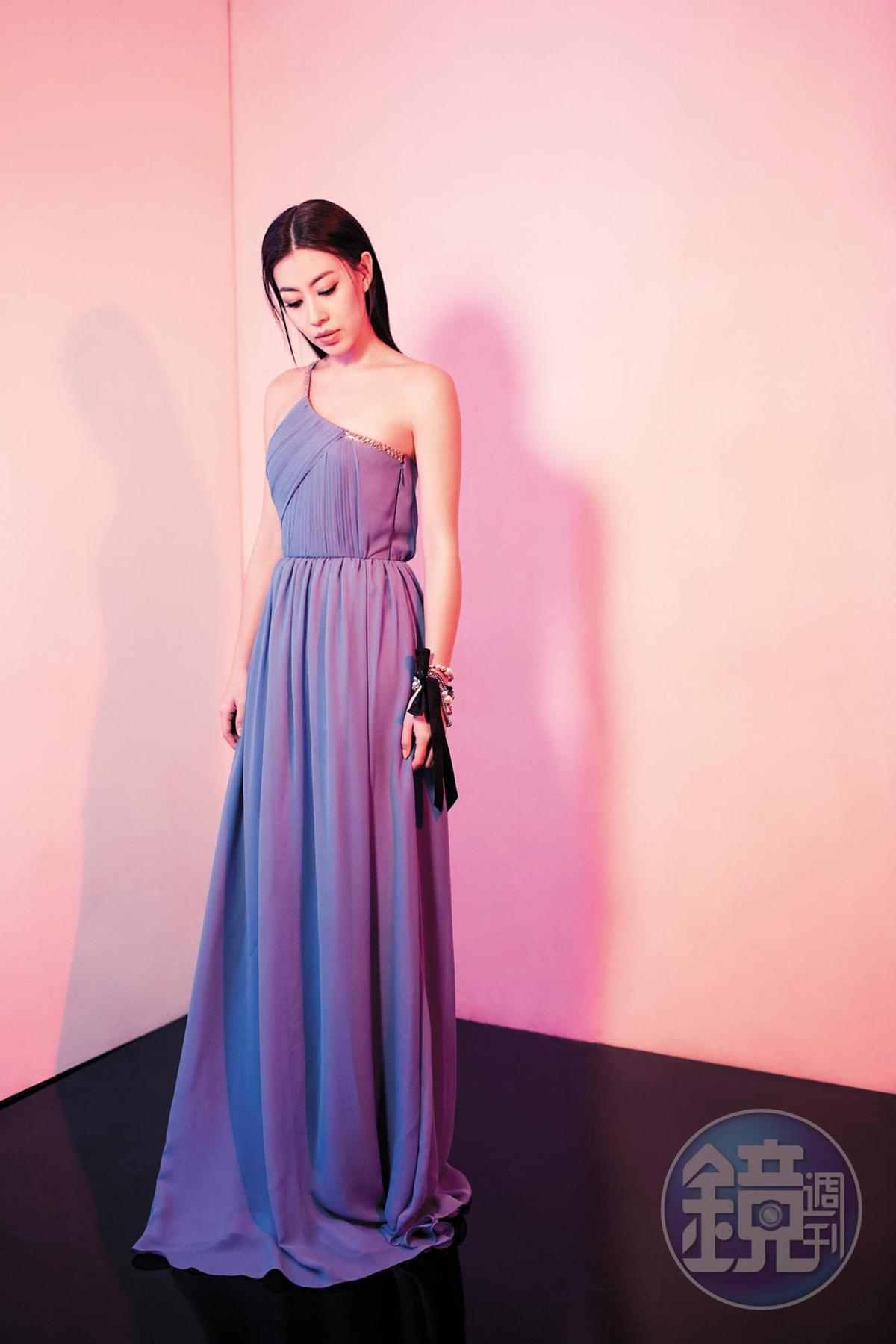 LANVIN Blue斜肩長洋裝,NT$169,500。