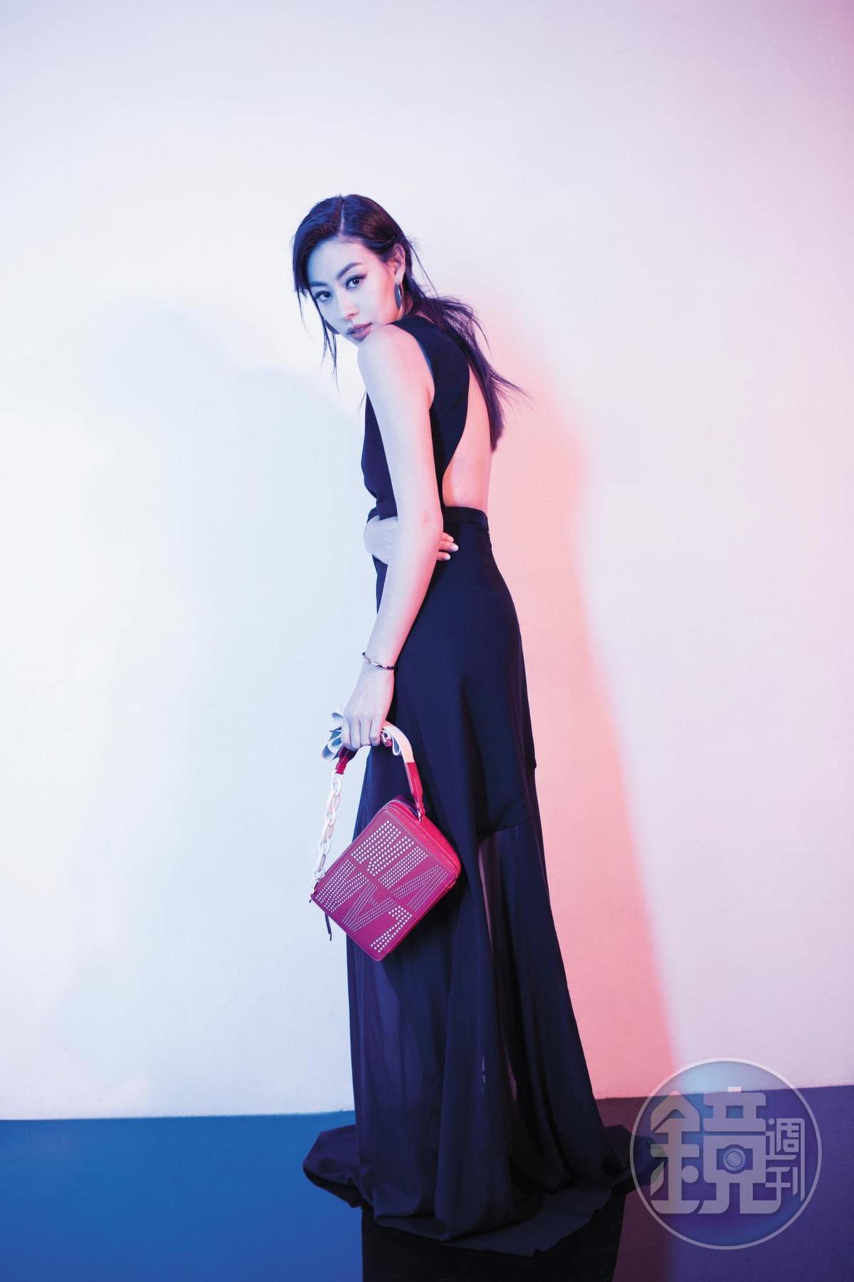 黑色透膚不對稱長洋裝,NT$146,400;Toffee By LANVIN相機包,NT$60,900。