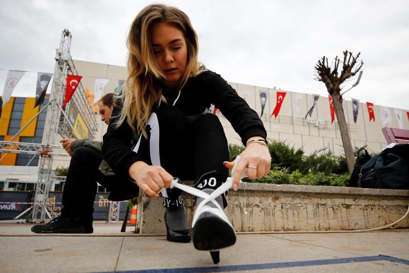 運動風和健康意識崛起,女性穿高跟鞋的比例日漸下滑。(東方IC)