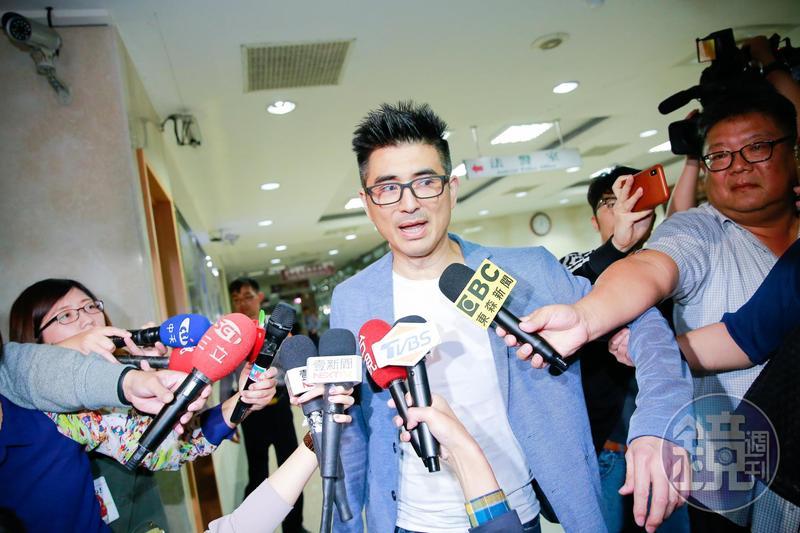 邵昕步出北檢被大批媒體跟拍採訪。