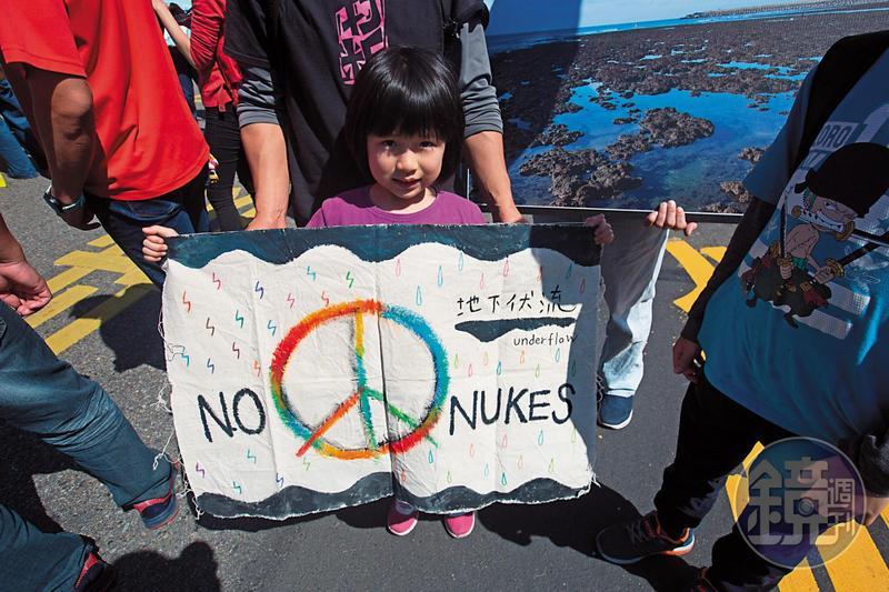 36年來,反核派擔憂的核爆災難沒有發生,擁核派高喊的缺電危機也從未爆發,但是台灣島內的人民卻被核四徹底撕裂。