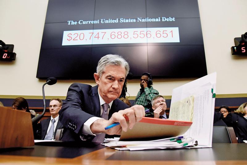 美國升息趨勢持續,債券價格因而會受到影響,而債券期間愈長,對利率波動愈敏感。圖為聯準會主席鮑威爾。(東方IC)