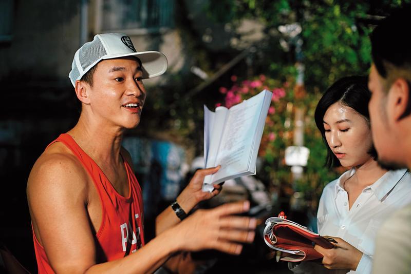 何潤東(左)親自挑選年輕演員,透過事前讀本,讓演員表現更順暢。(TVBS提供)